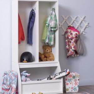 Ustawienie otwartej szafy przy wejściu do pokoju dziecka pozwoli mu trzymać w jednym miejscu odzież wierzchnią oraz obuwie. Fot. My Room.