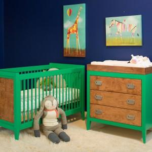 W pokoju niemowlęcia szafa służy głównie rodzicom, a rzeczy maleństwa mieszczą się z reguły w komodzie. Wraz z upływem czasu dzieci doceniają jednak wagę tego mebla. Fot. Newport Cottages.