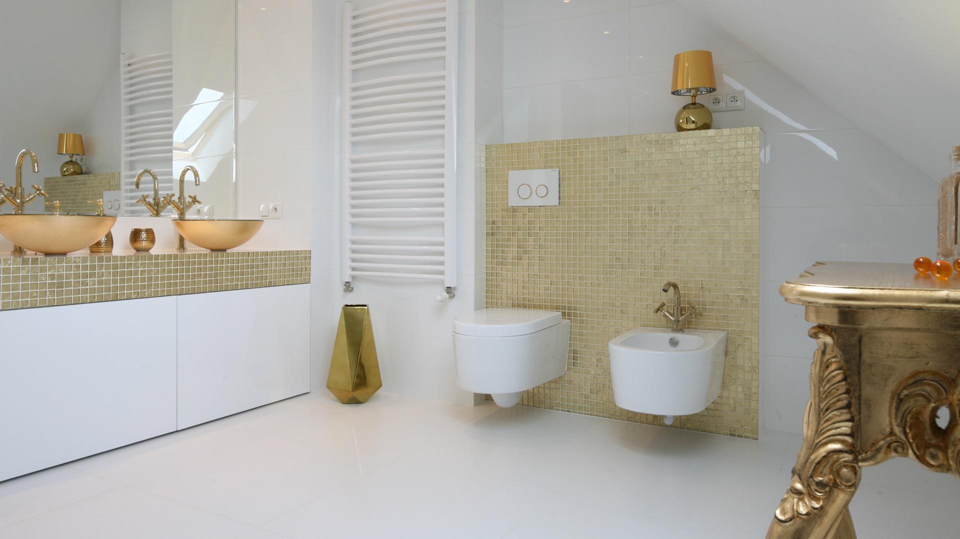 Biel i złoto? Czemu nie. Takie połączenie w łazience sprawdzi się znakomicie. Biel nada wnętrzu lekkości i nowoczesności, a złoto elegancji i stylu. Projekt: Piotr Stanisz. Fot. Bartosz Jarosz.