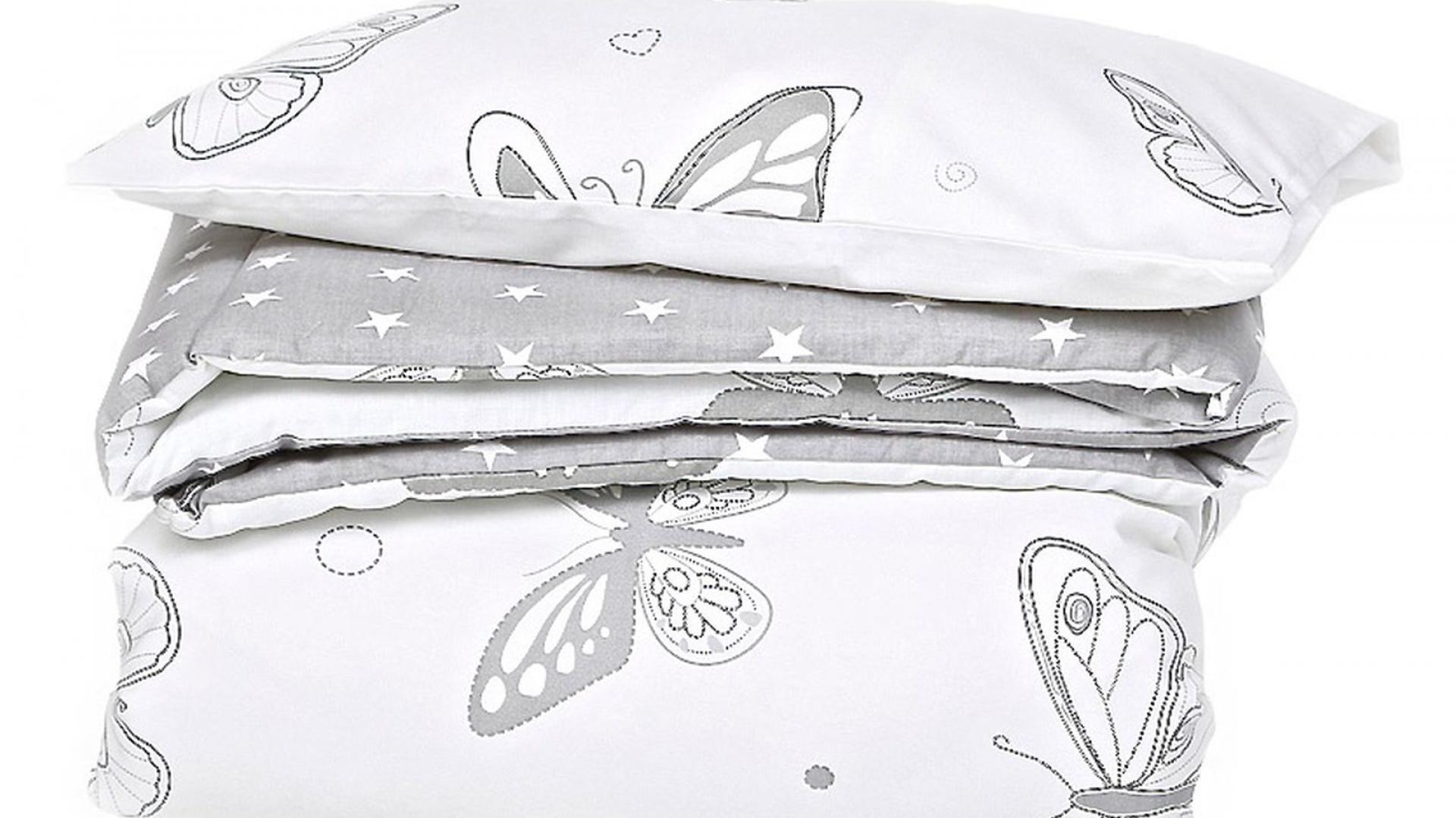 Łóżeczko wyścielono miękką pościelą w motyle marki Effii, w subtelnej szaro-białej kolorystyce. Fot. Pinio.