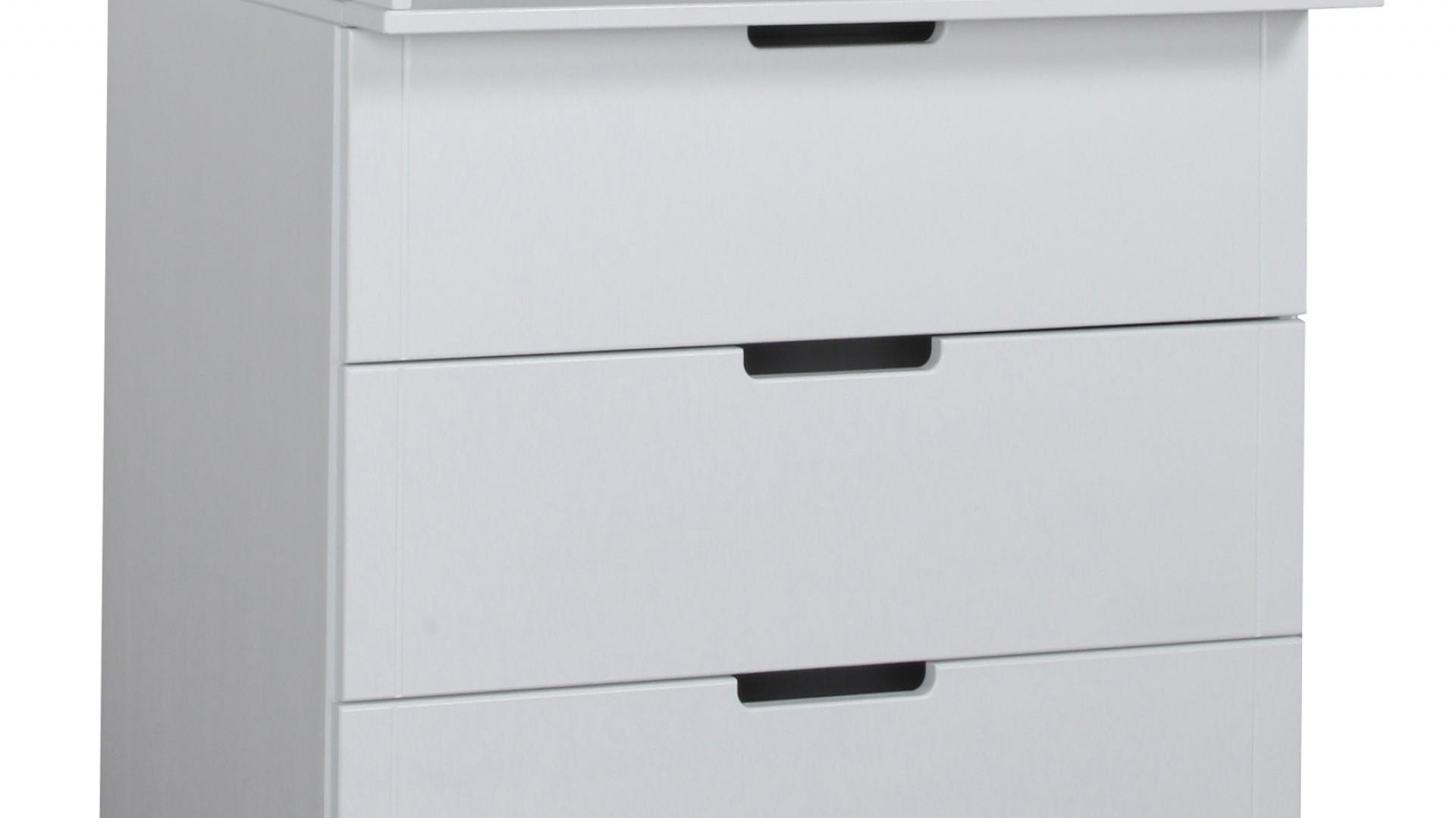 Małe śpioszki i kaftaniki przechowywane są w komodzie z kolekcji Mini marki Pinio, wpisującej się w stonowaną stylistykę wnętrza. Fot. Pinio.
