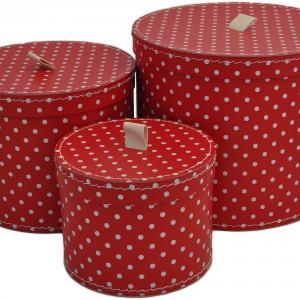Grzechotki, przybory kosmetyczne czy inne drobiazgi przechowywane są w okrągłych, czerwonych pudełkach w białe groszki marki Kids Town. Fot. Pinio.