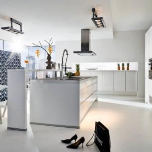 Czerń i biel to duet idealny, będący synonimem elegancji. Nie inaczej jest w przestrzeni tej nowoczesnej kuchni, zdominowanej przez proste, geometryczne formy. Fot. Wellmann, meble z programu Avior.