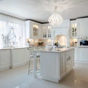 W bieli pięknie prezentują się również kuchnie klasyczne. Tutaj najlepszy tego dowód - romantyczna kuchnia w angielskim stylu, ze zdobnymi i przeszklonymi frotami. Biel dodaje dekoracyjnym formom lekkości. Fot. Pracownia Mebli Vigo, kuchnia Cristal.