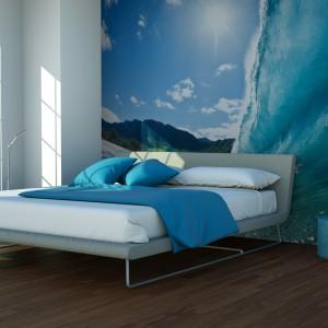 Fototapeta w niebieskich odcieniach wprowadza do sypialni łagodny nastrój. Fot. Minka.