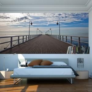 Fototapeta przedstawiająca molo, morze i piękne niebo optycznie powiększy każde wnętrze. Fot. Dekornik.