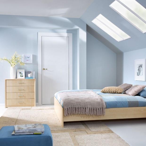 Niebieski we wnętrzu - pomysł na aranżację sypialni