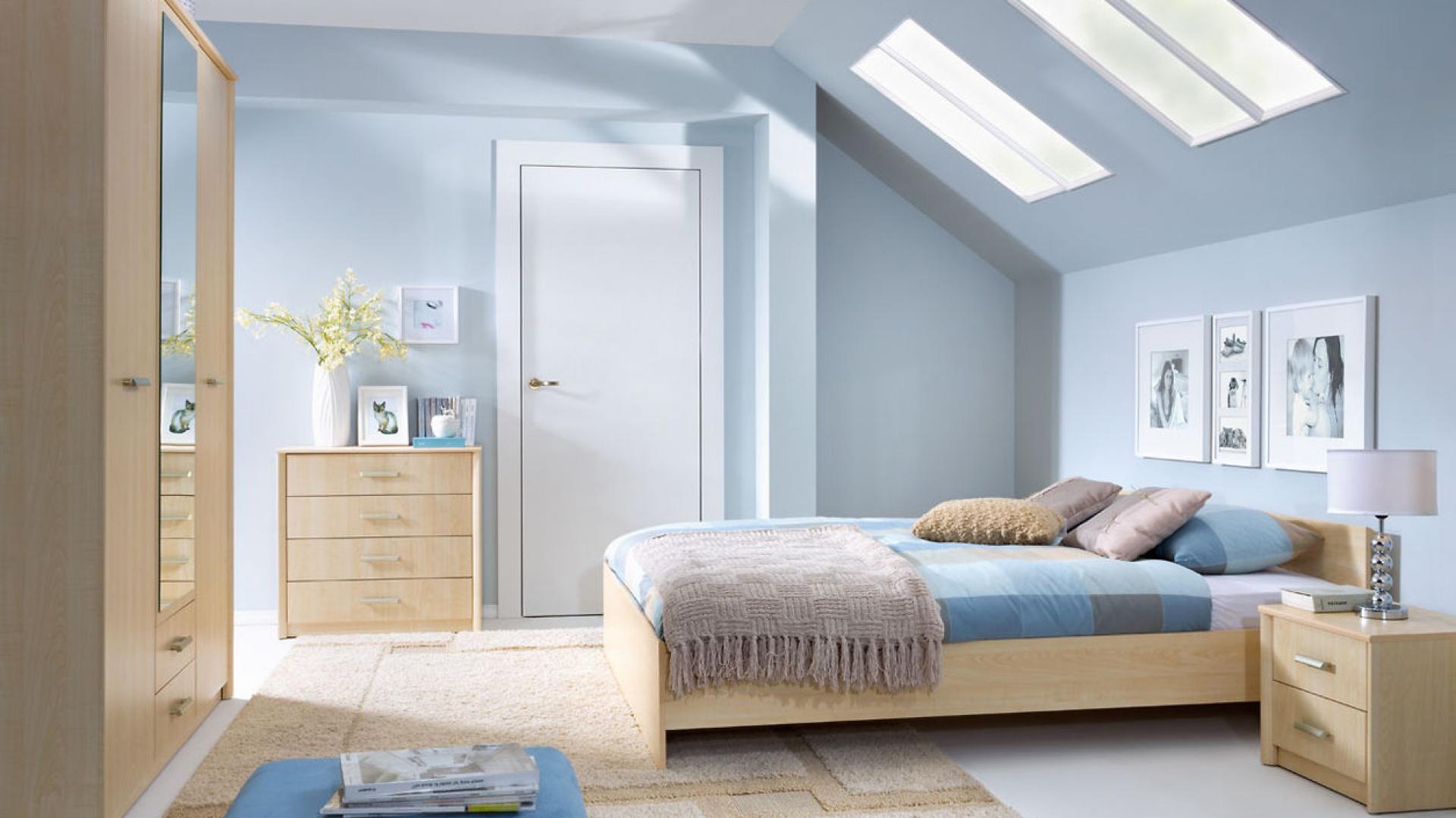 Delikatne, pastelowe odcienie optycznie powiększają sypialnię na poddaszu. Prezentują się ciepło i stylowo. Fot. Black Red White.
