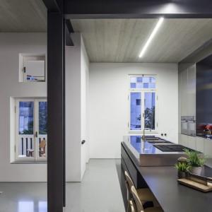 Nowoczesne wzornictwo mebli kuchennych efektownie kontrastuje z klasycyzującymi kształtami bryły budynku. Projekt: Pitsou Kedem Architects. Fot. Amit Geron.