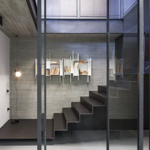 Ciemnoszare, dywanowe schody stanowią same w sobie niezwykle efektowny element dekoracyjny wnętrza. Projekt: Pitsou Kedem Architects. Fot. Amit Geron.