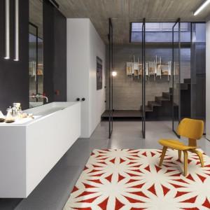 Pomieszczenia w piwnicy wykorzystano jako łazienkę i połączoną z nią sypialnię. Projekt: Pitsou Kedem Architects. Fot. Amit Geron.