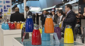 Na targach Ambiente 2015 swoje produkty zaprezentowało aż 4.811 wystawców z 94 krajów. Wydarzenie odbywało się we Frankfurcie nad Menem od 13 do 17 lutego 2015 roku. Przemysł dóbr konsumpcyjnych był reprezentowany także przez silną liczbę bran