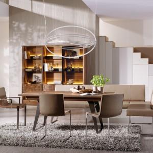 Nowoczesny stół z drewnianym blatem i metalowymi nogami o eleganckiej formie. Blat można rozłożyć, powiększając tym samym stół o dodatkowe 50 cm. Fot. Voglauer, kolekcja V-Quadro.