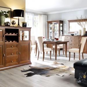 Kolekcja klasycznych mebli Lucida nada przestrzeni jadalni przytulny, przyjemny klimat. Jej nieodłącznym elementem jest piękny, klasycyzujący stół w kolorze ciepłego drewna. Fot. Bydgoskie Meble.