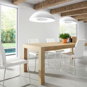 Piękny rozkładany stół z drewnianymi, dębowymi, solidnymi nogami i fornirowanym blatem. Lekkości meblowi dodają towarzyszące mu białe krzesła na metalowych nogach oraz proste wzornictwo mebla, bez zbędnych zdobień. Fot. La Forma/Le Pukka.