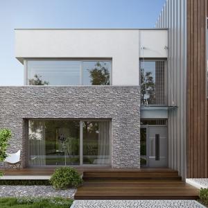 Zestawianie ze sobą różnych materiałów, niekiedy zaskakujące kombinacje, to domena nowoczesnego budownictwa. Tutaj nowoczesną bryłę projektu biura MTM Styl wykończono tynkiem, deskami i kamieniem dekoracyjnym. Fot. Stone Master, kamień Roma Grafit.