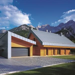Drewniane elewacje zestawiono z blachą tytan-cynk wyłożoną na dachu. Ciekawym akcentem jest obłożenie jednej ściany garażu blachą. Fot. Rheinzink.