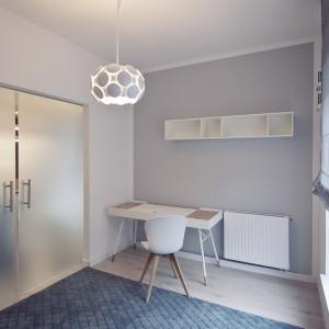 Przestrzeń w mieszkaniu podzielono szklanymi drzwiami. Matowe przeszklenia zapewniają intymność, jednocześnie dodając pomieszczeniom lekkości. Fot. RED Real Estate Development.