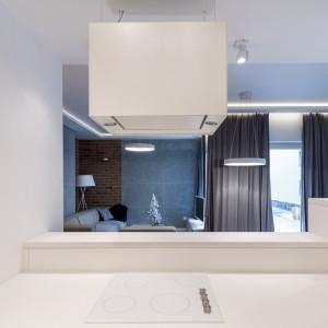 W centrum mieszkania znalazła się nowoczesna kuchnia z półwyspem. Praktyczny mebel odgradza ją od przestrzeni wypoczynkowej w salonie. Fot. RED Real Estate Development.