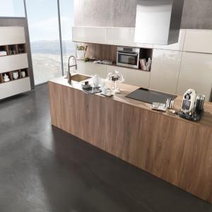 Nowoczesna wyspa w kolorze drewna. Geometryczna, minimalistyczna forma zamknięta w ciepłą barwę prezentuje się jednocześnie chłodno i przytulnie. Fot. Rational, kuchnia Puro.