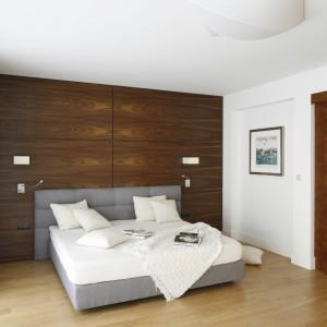 W sypialni zdbano o odpowiednie oświetlenie. Biały plafon umieszczony na suficie zapewnia dobre oświetlenie całego wnętrza. Dodatkowo, po obu stronach łóżka umieszczono kinkiety. Projekt: Kamila Paszkiewicz. Fot. Bartosz Jarosz.
