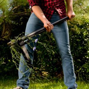 Wyrywacz do chwastów Fiskars to narzędzie przeznaczone do usuwania chwastów z trawnika bez używania chemikaliów i schylania się. Narzędzie wykonano z aluminium i poliamidu wzmocnionego włóknem szklanym. Fot. Fiskars.