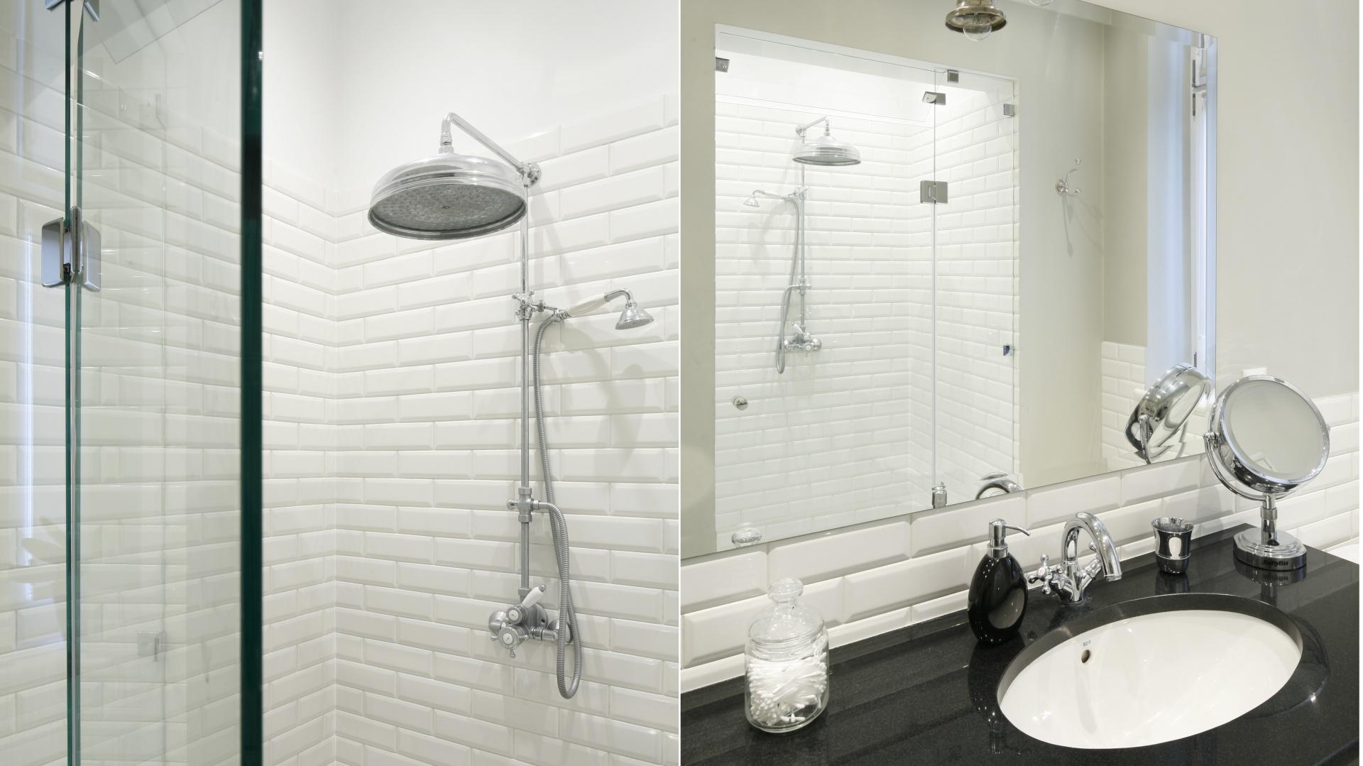 W stylowej łazience utrzymanej w klimacie retro prysznic znajduje się we wnęce na przeciwko lustra. Nietypowy kształt nie zmniejsza komfortu kąpieli, a wykonane na zamówieni drzwi dopasowano idealnie do wnęki. Projekt: Iwona Kurkowska. Fot. Bartosz Jarosz.