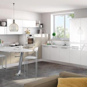 Połączenie bieli z delikatnym kolorem kawy z mlekiem. Wszystkie fronty zostały wykończone w efektownym połysku, który nadaje kuchni lekki charakter. Fot. Lube Cucine,  model Swing.