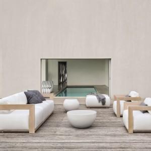 Kolekcja Cloud przeznaczona jest do ogrodów, jak również do użytku wewnątrz domu. Meble zaprojektowane zostały w stylu minimalistycznym. Ramy wykonane są z litego, bielonego drewna iroko. Ich proste geometryczne formy przełamują miękko tapicerowane siedziska i oparcia, które nadają kolekcji stylu typowego dla mebli wypoczynkowych używanych we wnętrzu domu. Projekt: Andrea Parisio. Fot. Meridiani.