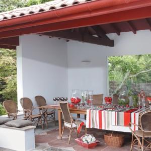 Kolekcja Marie Galante zaprojektowana została w stylu przypominającym kolonialne meble ogrodowe. Za inspirację posłużyły tradycyjne modele ręcznie wytwarzane z naturalnych materiałów jak wiklina, bambus i egzotyczne drewno. Fot. Grange.