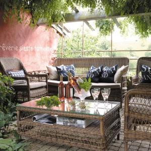 Kolekcja ogrodowa Marie Galante łączy odwołania do stylu starego świata z nowoczesnymi materiałami i technikami. Meble wyplecione zostały z włókien syntetycznych, które rozpostarte zostały na aluminiowych ramach. Fot. Grange.