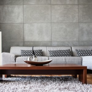 Dekoracyjne płyty betonowe marki Morgan&Moller dobrze komponują się z drewnianymi podłogami i meblami. Aranżacja tylko jednej ściany z wykorzystaniem płyt pozwoli na uzyskanie spektakularnego, ultranowoczesnego efektu. Fot. Morgan&Moller.