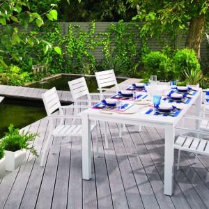 Wygodne meble ogrodowe są gwarancją udanego odpoczynku na świeżym powietrzu. Na zdjęciu: białe meble z kolekcji Batang utrzymane w nowoczesnym stylu. Meble dostępne są w ofercie sklepów Castorama. Fot. Castorama.