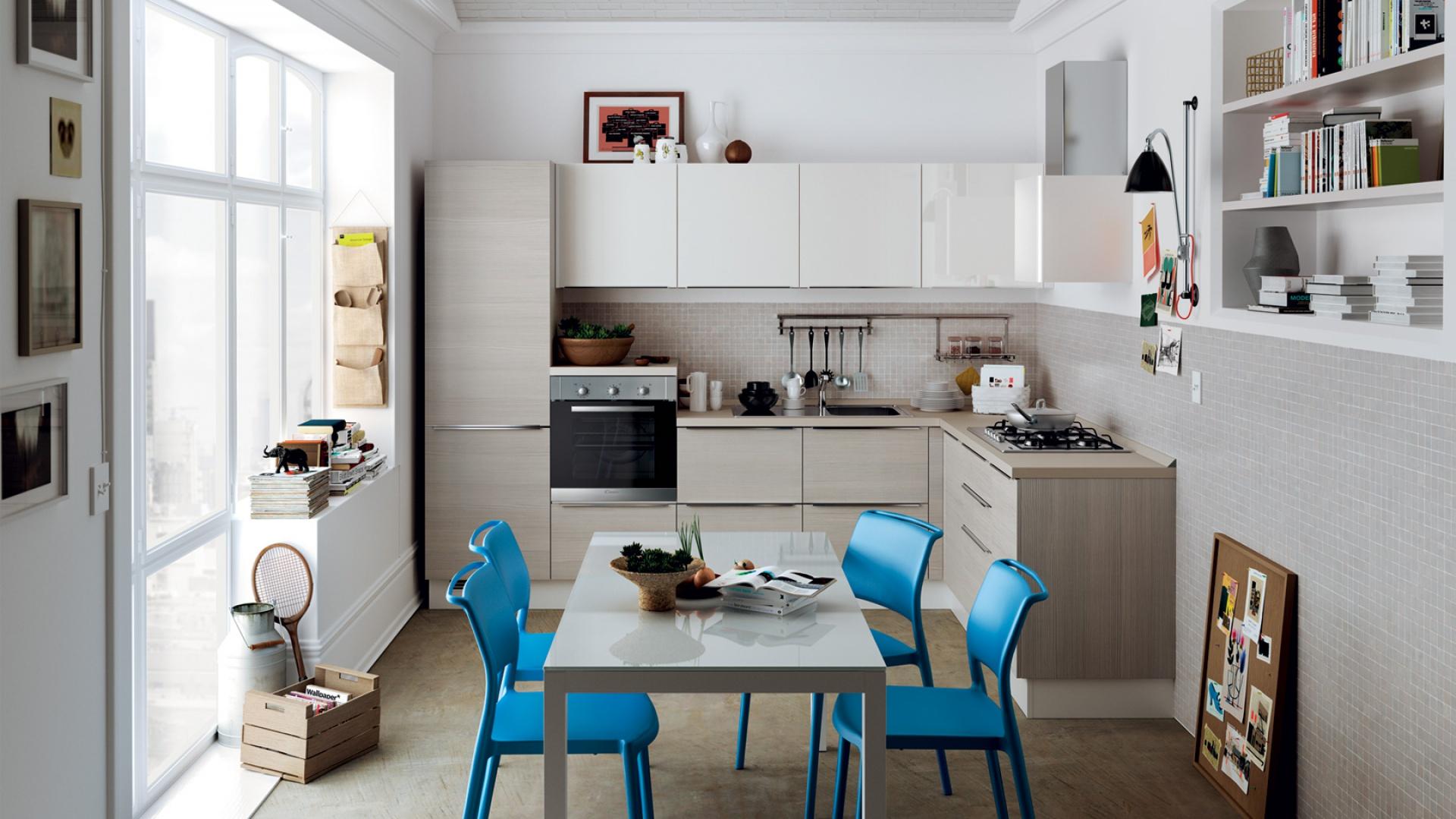 W niewielkiej przestrzeni udało się zmieścić zabudowę w kształcie litery L oraz stół jadalniany. Jasne kolory i górny rząd szafek wykończonych w połysku, optycznie powiększają przestrzeń. Fot. Scavolini.