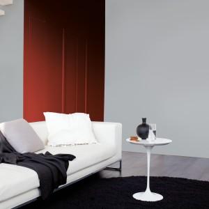 Jednolite, szare ściany pasują zarówno do nowoczesnych, jak i klasycznych aranżacji. Pomalowanie ścian farbą to najprostszy i niedrogi sposób, by nadać im modny wygląd. Fot. Dulux.