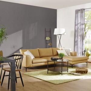 Oklejenie jednej ze ścian tapetą, np. z serii Home Vision niemieckiej marki Rash, subtelnie odmieni wygląd wnętrza, a przy tym uchroni nas przed nadmiernym, aranżacyjnym chłodem. Fot. Rash.