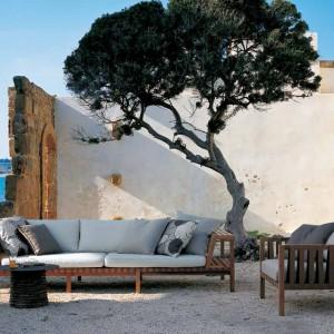 Drewniana podstawa w połączeniu z miękkim siedziskiem i oparciem to ciekawe rozwiązanie, które dobrze sprawdzi się w nowoczesnych ogrodach. Fot. Roda.