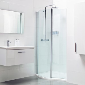 Marka Roman Showers proponuje kabinę Walk-in Wave. Oryginalny model z dwóch ścianek giętych dostępny w ofercie Intuition Barhrooms. Fot. Roman Showers.