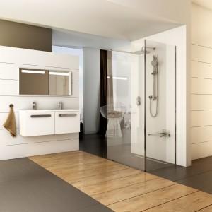 Kabina walk-in Corner z oferty firmy Ravak to model ze ścianką boczną. Fot. Ravak.