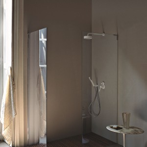 Kabina z kolekcji wyposażenia łazienki Flat D marki Agape oferowana jest w komplecie z brodzikiem z przykryciem z drewna teakowego. Fot. Agape/Kari-Mobili.