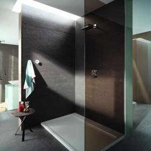 Firma Burgbad w serii wyposażenia  rc40 poleca kabinę walk-in wykonaną z przyciemnionego szkła. Fot. Burgbad.