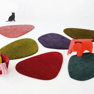 Niewielkie dywany o nieregularnym kształcie z serii Calder marki Nanimarquina pozwalają stworzyć na podłodze oryginalną kompozycję, którą łatwo można zmienić. Fot. Nanimarquina.