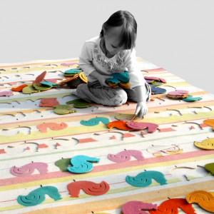 Nie dość że pięknie wygląda, to jeszcze potrafi zająć dziecko przez długi czas. Dywan-układanka dostępny w sklepie Designersko. Fot. Designersko.