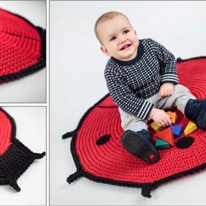 Ręcznie robiony dywan w kształcie bożej krówki to propozycja do pokoju niemowlaka. Projekt: Pani Babeczka Fot. Deco Bazaar.