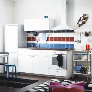 Niewielki aneks kuchenny z białymi meblami, które dzięki śnieżnobiałym frontom odbijają światło i powiększają wnętrze. Fot. IKEA.
