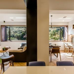Mieszkanie po renowacji jest pełne naturalnego, przyjemnego światła, które dociera i wypełnia niemal każdy jego zakątek. Projekt i zdjęcia: Archlin Studio.