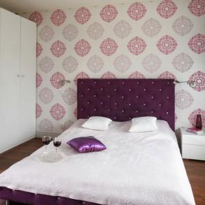 Wzorzysta tapeta nawiązuje do kolorystyki panującej w sypialni. Projekt: Beata Ignasiak-Wasik, Ignasiak Interiors. Fot. Bartosz Jarosz.