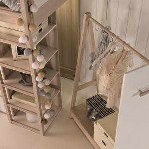 Mebel wyposażony jest w miejsce do spania, dwa regały, komodę, schowek na ubrania sezonowe oraz dwie wnęki, dopasowane do mobilnych wieszaków. Wieszak na kółkach można zaparkować we wnęce łóżka lub wędrować z nim po pokoju jak z mobilną garderobą. Fot. Meble Vox.