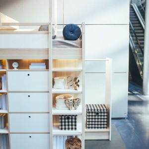 Praktyczny mebel wyposażony jest w pojemne skrytki i szuflady, do których wygodnie wrzuca się bieliznę i małe zabawki. Fot. Meble Vox.