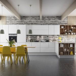 Modną, białą kuchnię w łatwy sposób można ożywić kolorem. Żółte krzesła przy stole lub kolorowe dodatki w postaci kuchennych akcesoriów mogą całkowicie zmienić charakter wnętrza. Fot. Svane, model Y20.
